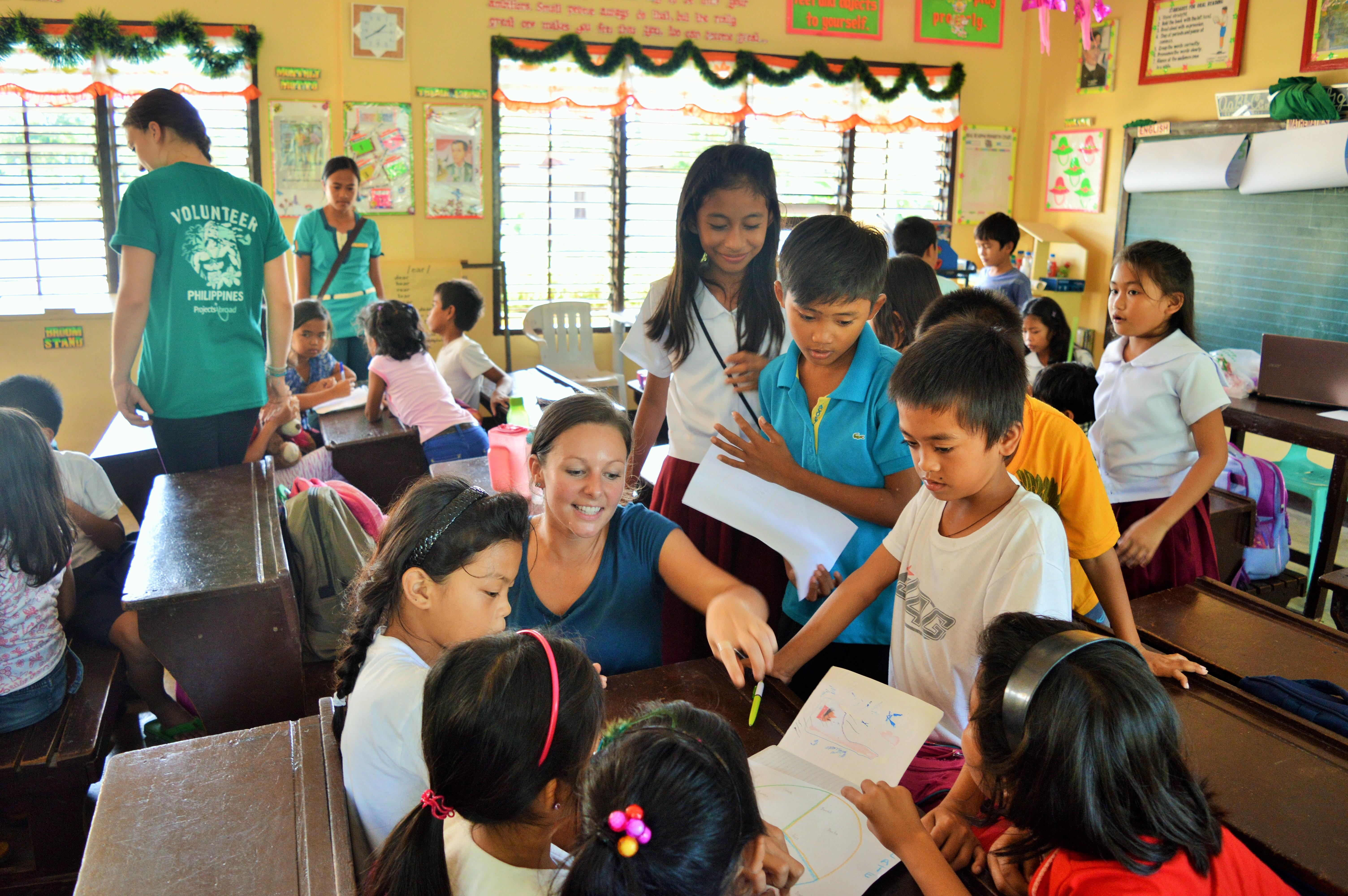 Projects Abroad volunteer teaching English nutrition words in the Philippines